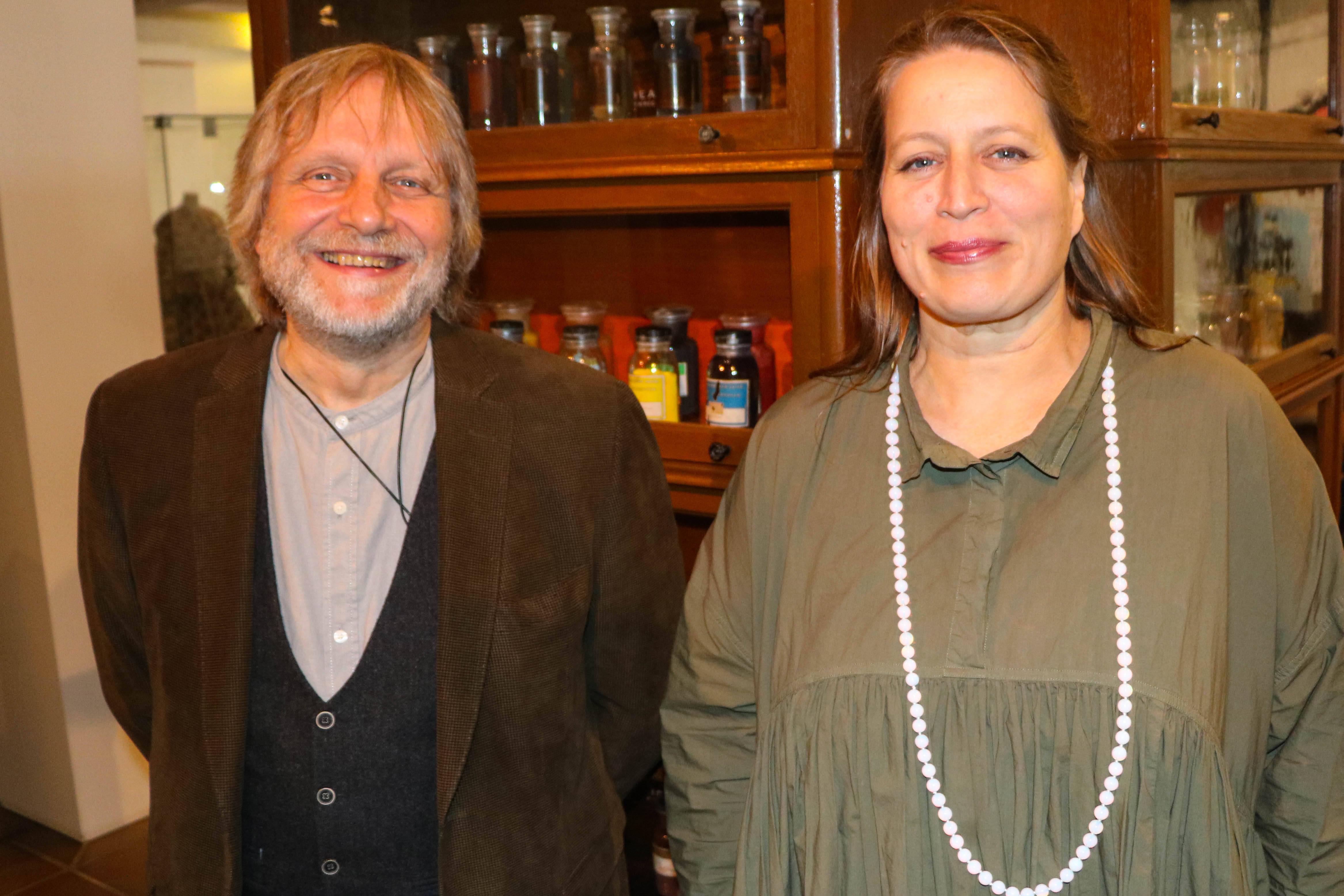 Prof. Dr. Jürgen Schram und Annette Schieck vor dem Schrank mit den Farbstofffläschchen im Textilmuseum. (Foto: Hochschule Niederrhein)