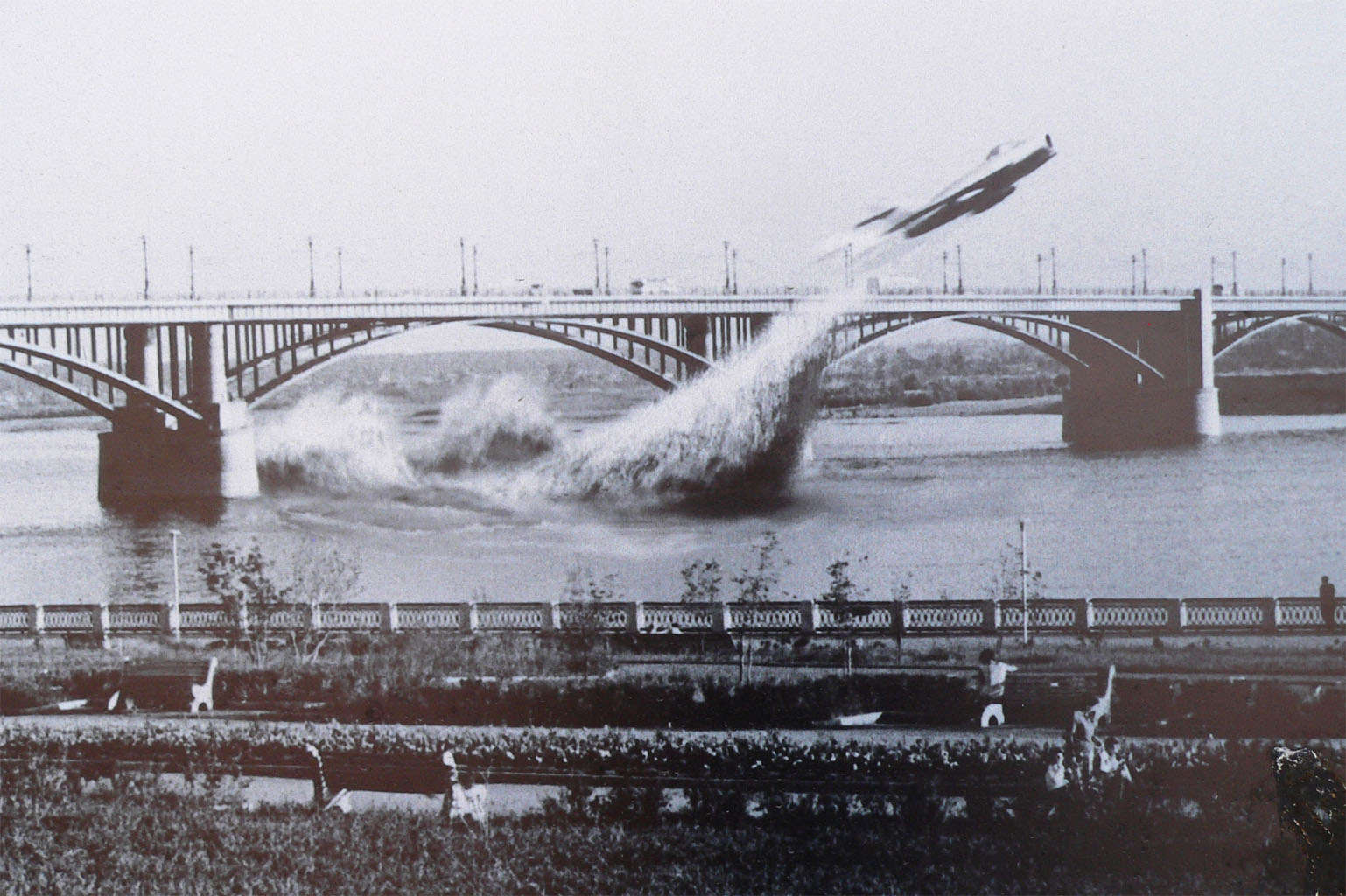 Laut Gerüchten soll am 4. Juni 1965 ein russischer Pilot namens Valentin Privalov mit seiner MIG 17 unter einer Brücke der Stadt Nowosibirsk geflogen sein. (Foto: St