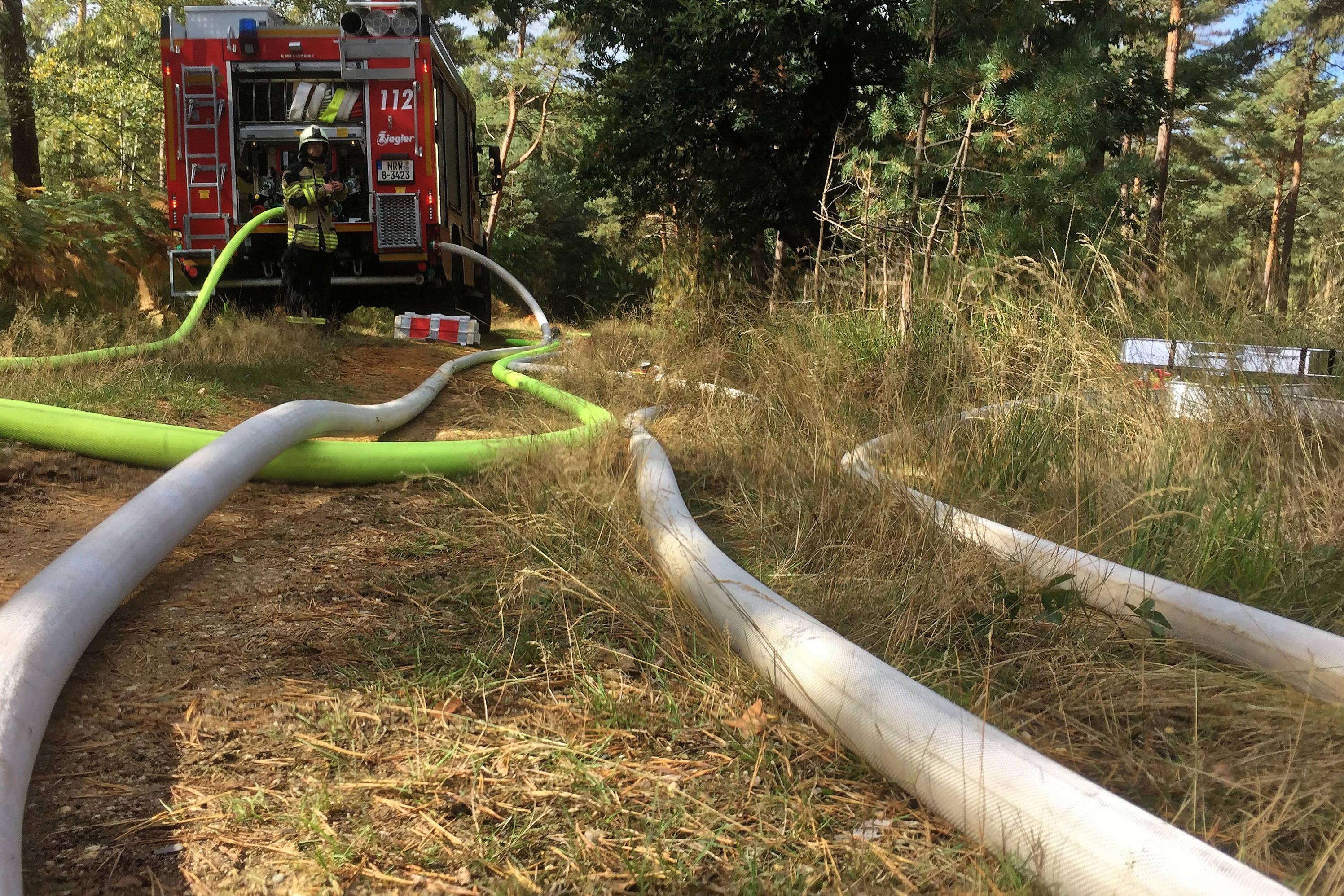 Das Wasser wurde über mehrere Kilometer von der Entnahmestelle zum Einsatzort gepumpt. (Foto: Kreis Viersen)