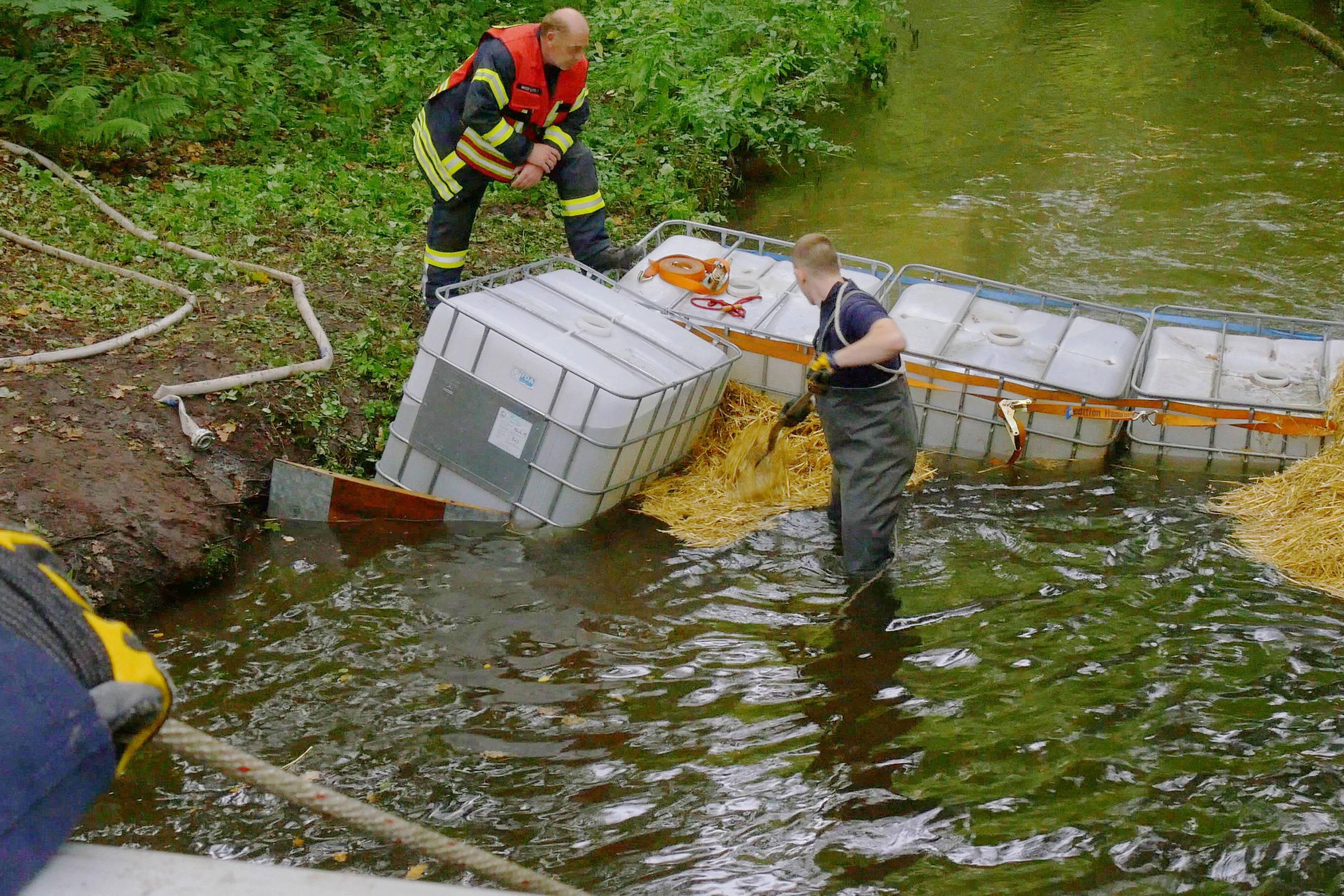 Die Feuerwehr hat die Schwalm aufgestaut, um mit einer Pumpe Löschwasser zu entnehmen. (Foto: Kreis Viersen)