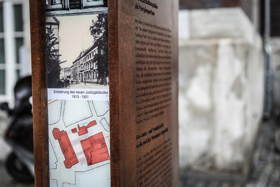 Eine illuminierte Stele erinnert nun an die Historie des ehemaligen Justizstandortes (Foto: Stadt Düsseldorf/Melanie Zanin)