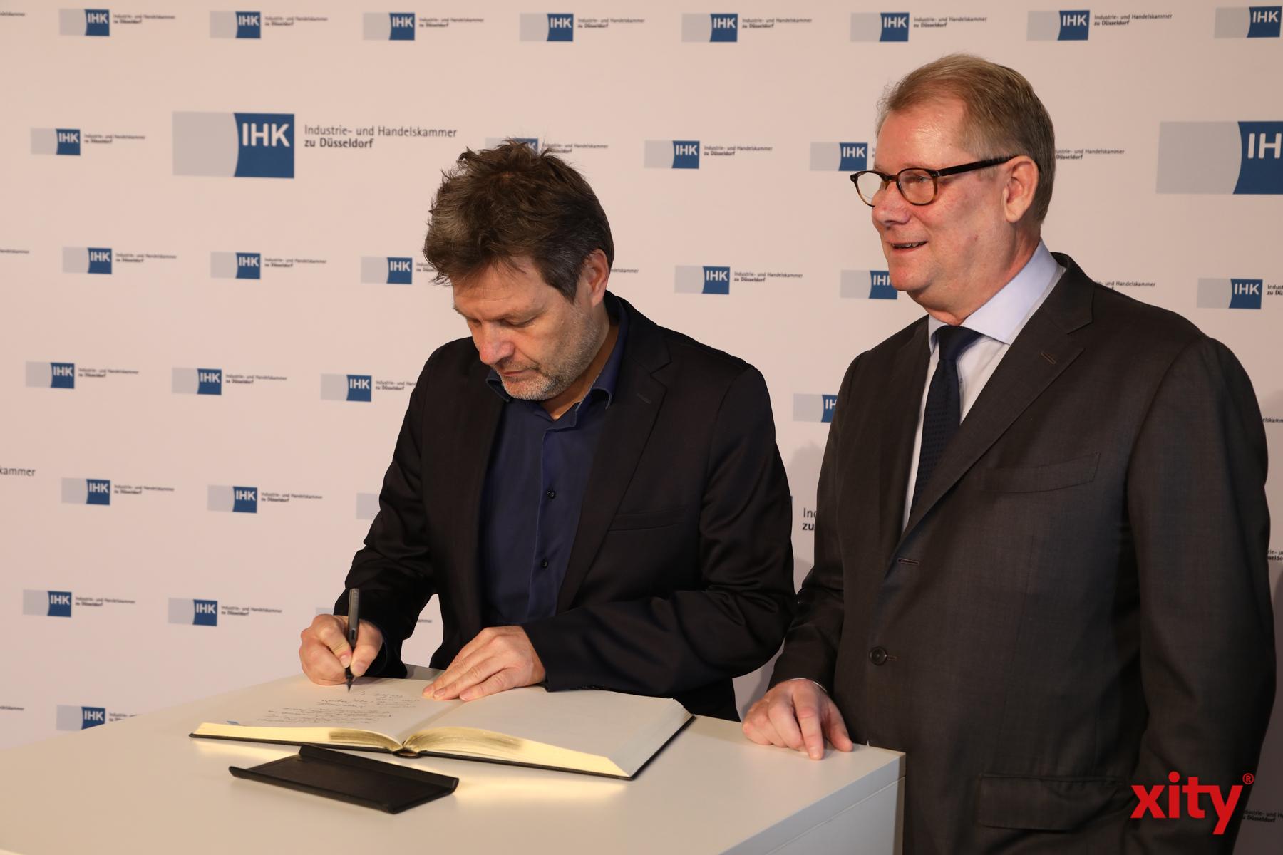 Robert Habeck trug sich ins Goldene Buch der IHK Düsseldorf ein (Foto: xity)