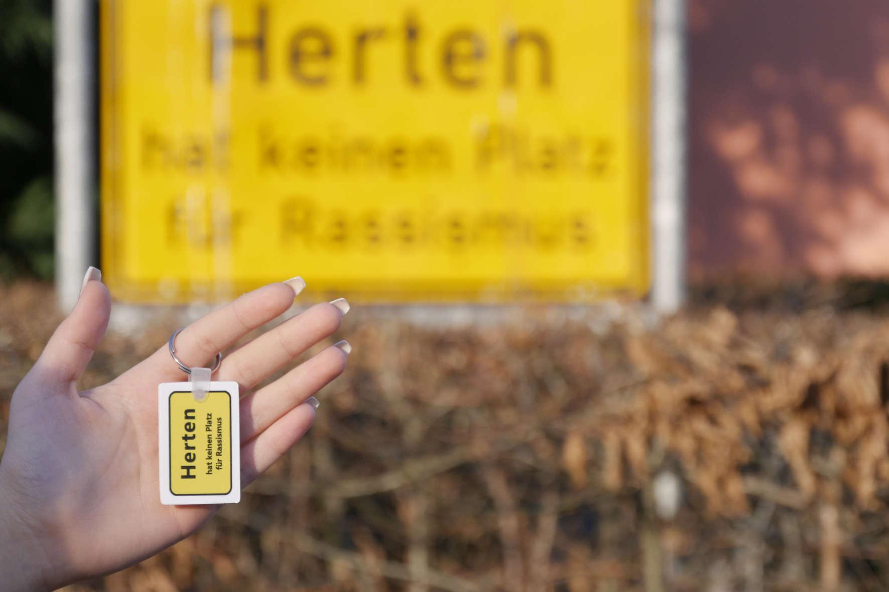"""Auffällig gelb und mit einer wichtigen Botschaft: """"Herten hat keinen Platz für Rassismus"""". So sehen die neuen Schlüsselanhänger der Stadt Herten aus. (Foto: Stadt Herten)"""