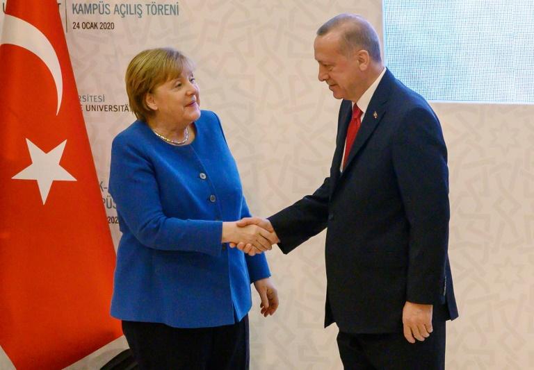 Treffen Merkels mit Erdogan in Istanbul sorgt in Deutschland für Debatten (© 2020 AFP)