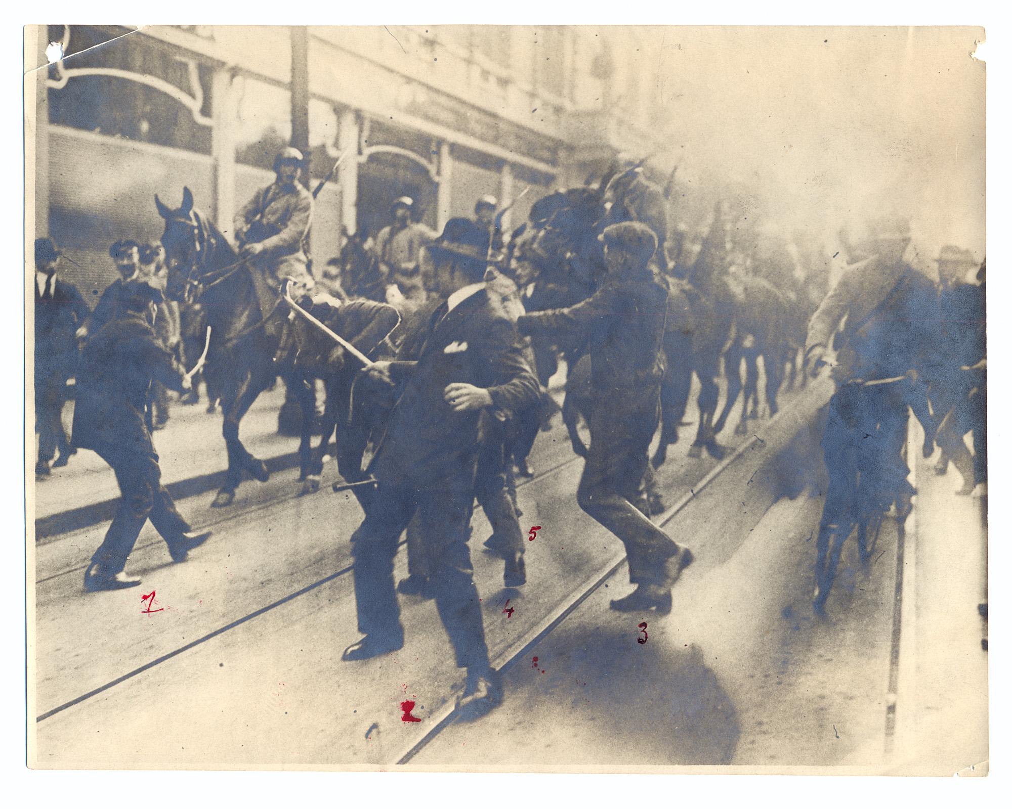 """""""Panzer und Soldaten auf einer Straße"""", 1923 (Foto: Stadtmuseum/Julius Söhn)"""