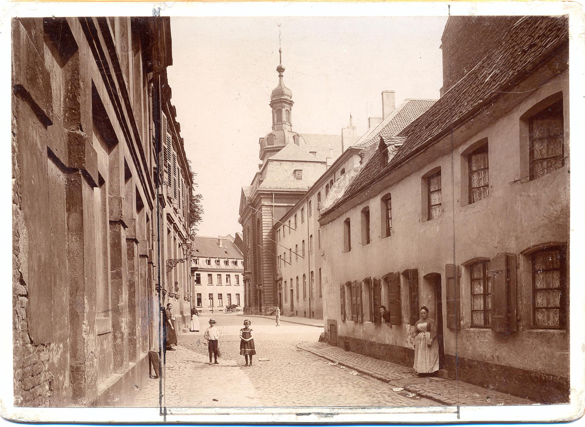 """""""Blick in die Schulstraße"""", um 1900 (Foto: Stadtmsueum/Peter Hubert Höltgen)"""