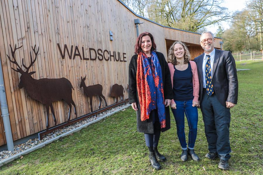 Umweltdezernentin Helga Stulgies, Waldschulleiterin Lea Thomas und Paul Schmitz, Abteilungsleiter Forst (Foto: Stadt Düsseldorf/Melanie Zanin)