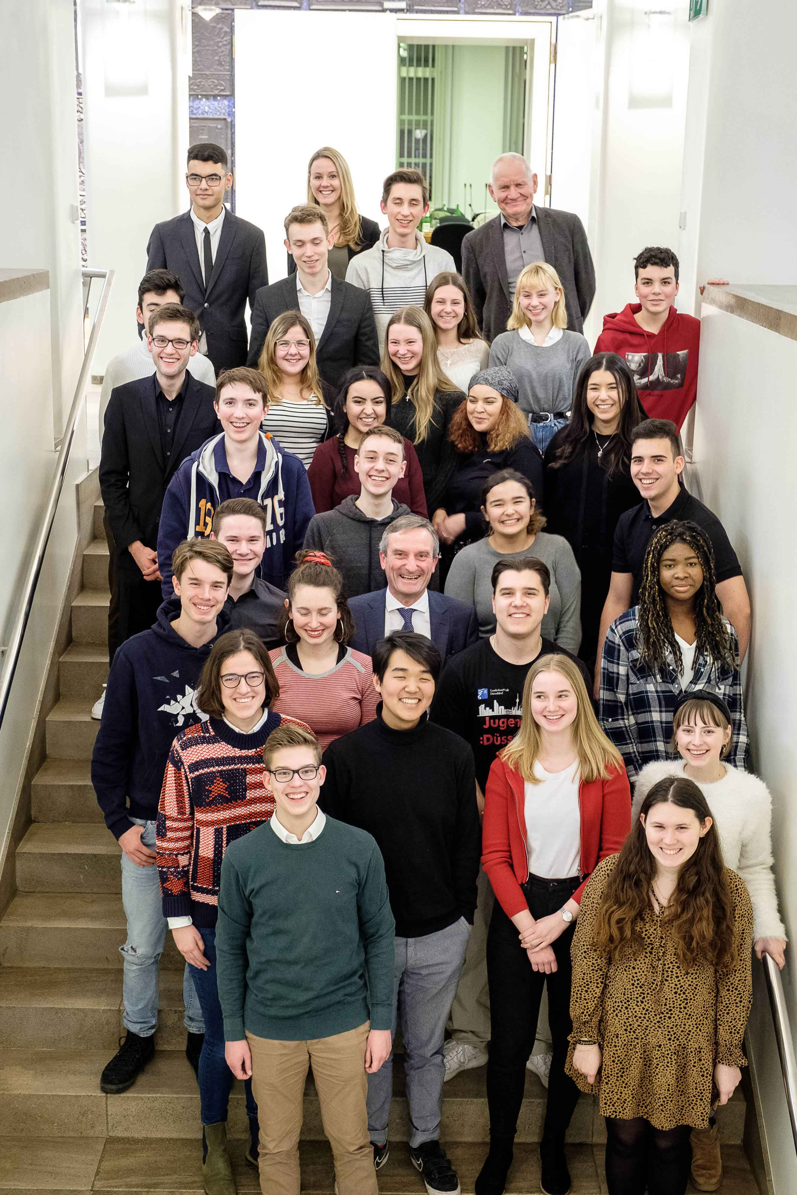 OB Thomas Geisel (Mitte) mit den Mitgliedern des neu gewählten Jugendrates (Foto: Stadt Düsseldorf/Uwe Schaffmeister)