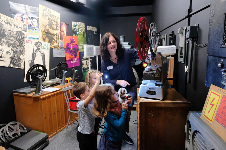Bei der Kindermuseumsnacht erkundeten die jungen Gäste unter anderem das Filmmuseum (Foto: Stadt Düsseldorf/Michael Gstettenbauer)