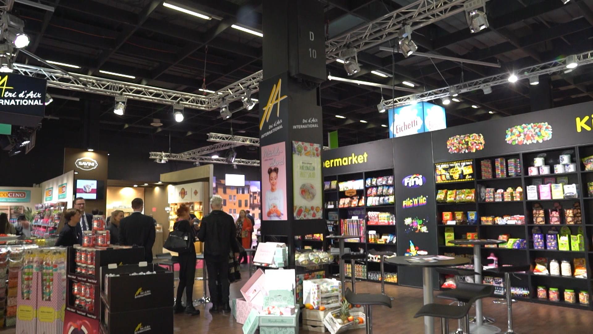 Im ISM-Supermarkt können Besucher die neuesten Snacks kaufen (Foto: hellofootage)