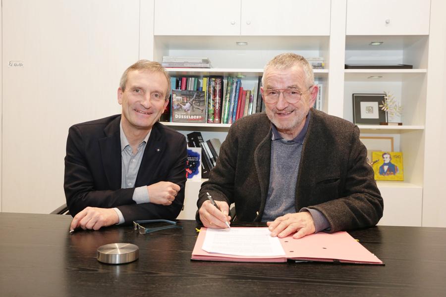 OB Thomas Geisel und Robert Wollborn-Schönfeld unterzeichneten die neue Dienstvereinbarung für Gebäudereinigung (Foto: xity)