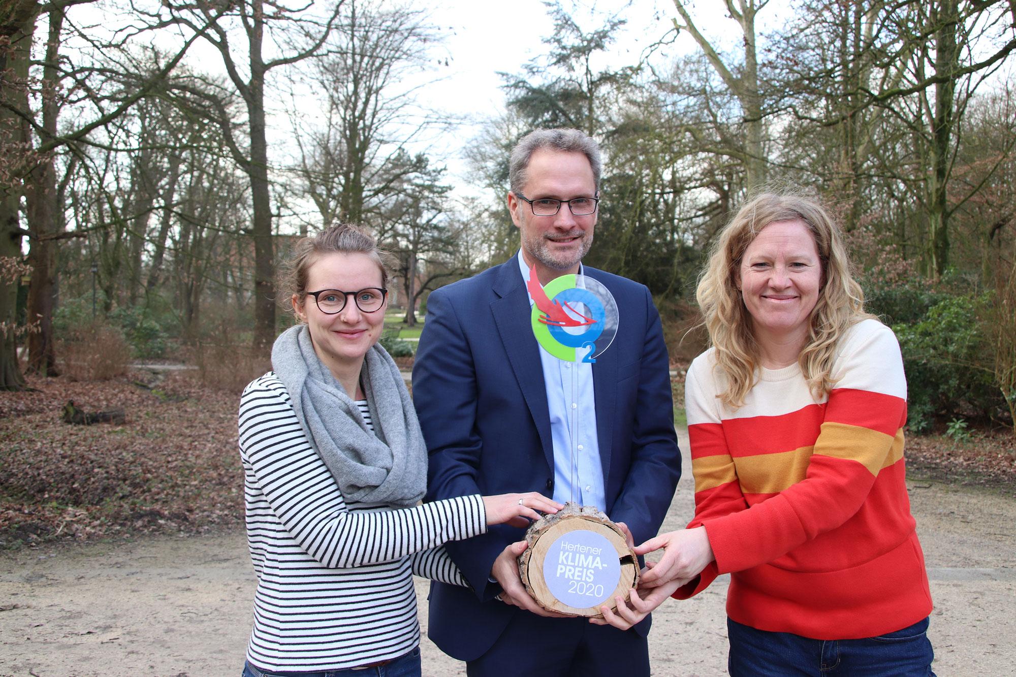 Dr. Theresa Eckermann, Thorsten Rattmann und Irja Hönekopp mit dem Hertener Klimapreis. (Foto: Stadt Herten)