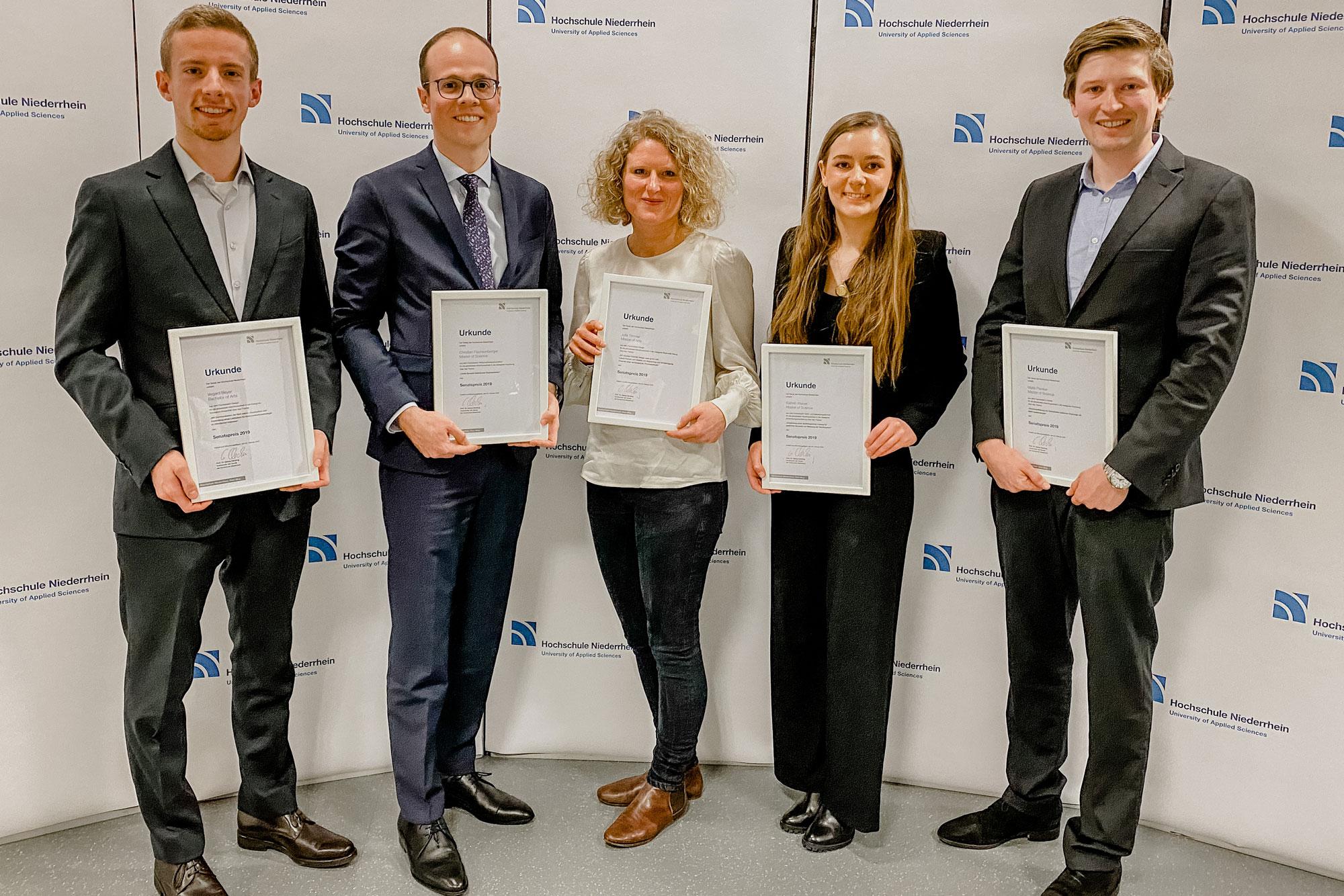 Die Preisträgerinnen und Preisträger des Senatspreises 2019: (vlnr.) Vegard Beyer, Christian Flachsenberg, Julia Timmer, Kathrin Weber und Malte Plenker. (Foto: Hochschule Niederrhein)