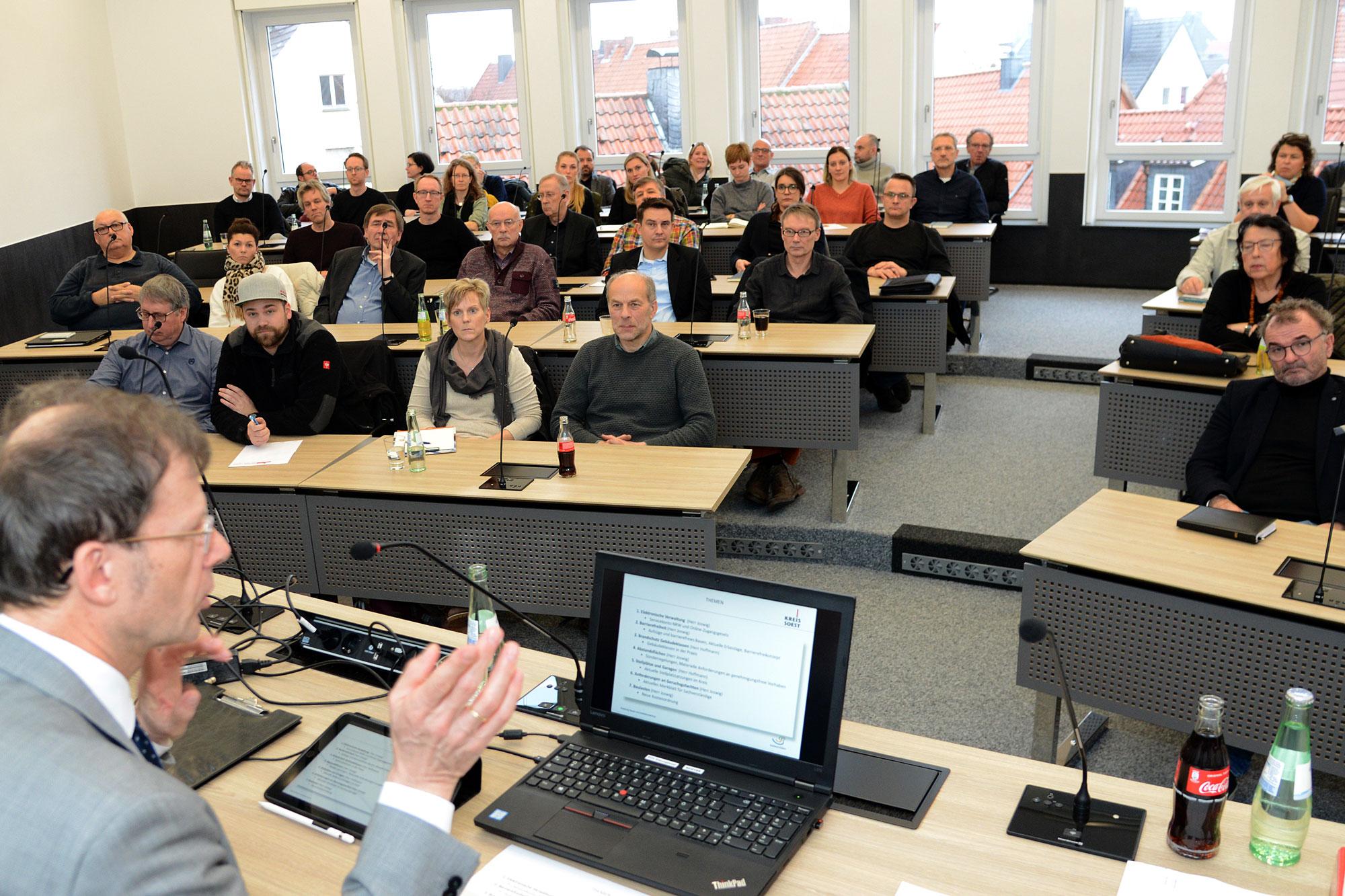 Michael Joswig, Abteilungsleiter Bauen und Immissionsschutz, begrüßte im Sitzungssaal des Kreishauses fast 70 Architekten und Bauingenieure. (Foto: Kreis Soest)