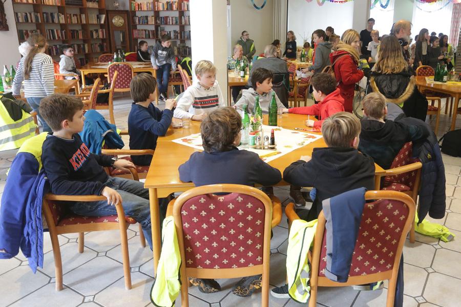 Die Schülerinnen und Schüler des Wim-Wenders-Gymnasiums bei der Mittagsverpflegung (Foto: Stadt Düsseldorf/David Young)