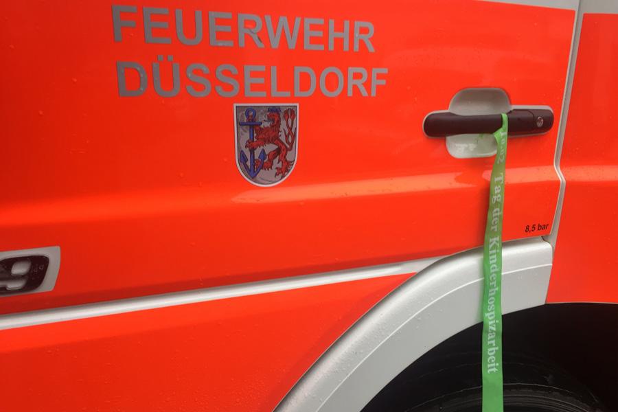 Die Düsseldorfer Feuerwehr macht mit grünen Bändern an den Einsatzfahrzeugen auf den Kinderhospiz-Day aufmerksam (Foto: Feuerwehr Düsseldorf)