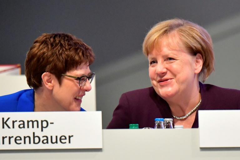 Merkel will Kramp-Karrenbauer als Verteidigungsministerin behalten (© 2020 AFP)