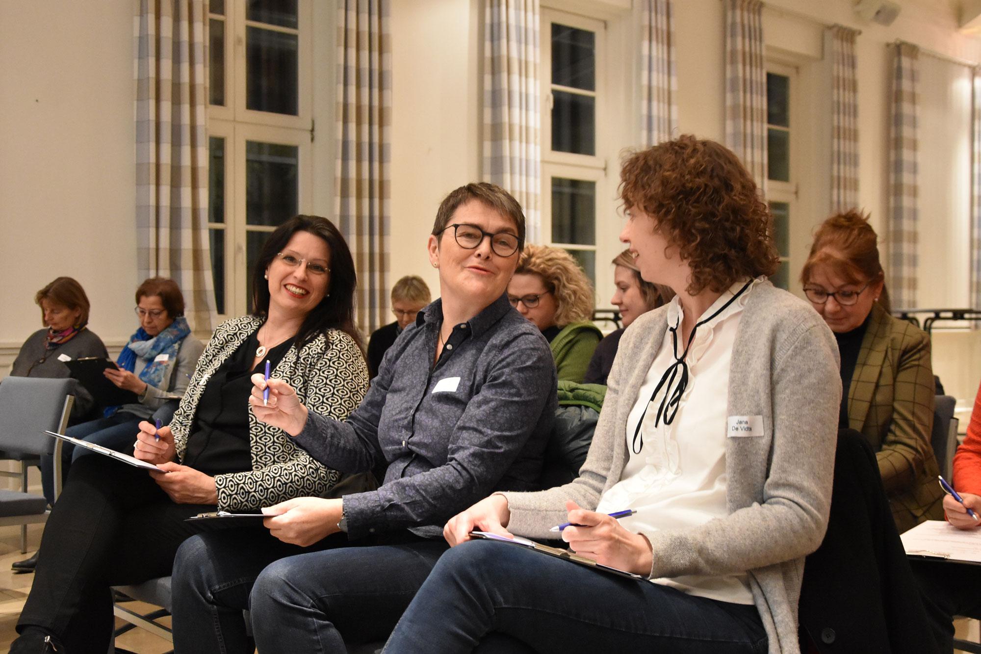 """Reger Austausch und viel Spaß: Bei der letzten Sitzung der Veranstaltungsreihe """"Mehr Frauen in die Politik"""" ließen die Teilnehmerinnen das Jahr Revue passieren. (Foto: Stadt Lippstadt)"""