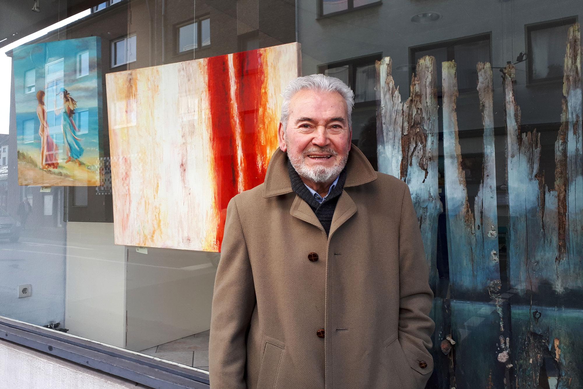 Der Künstler Istvan Djapjas vor seinem Schaufenster. (Foto: SKM Rheydt)