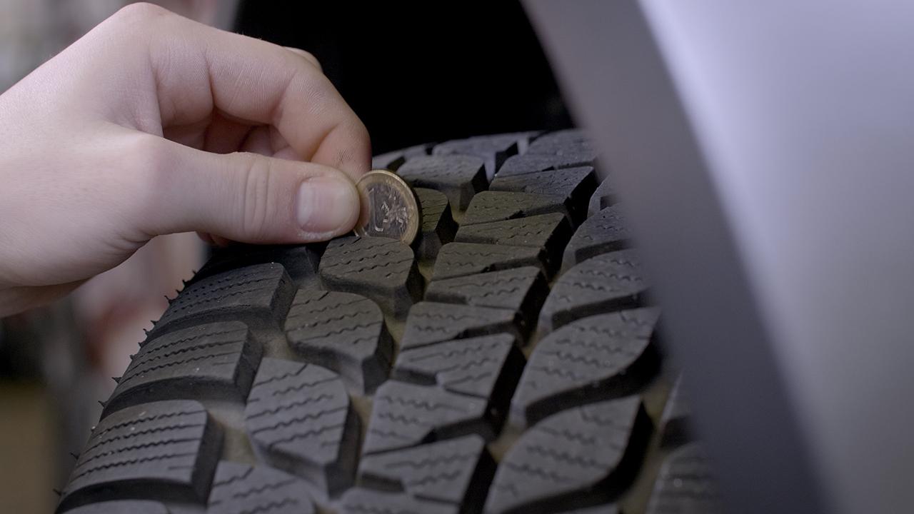 Ein gutes Reifenprofil ist besonders im Winter sehr wichtig. Der Rand der Euromünze sollte im Profil meverschwinden (Foto: Mhoch4)