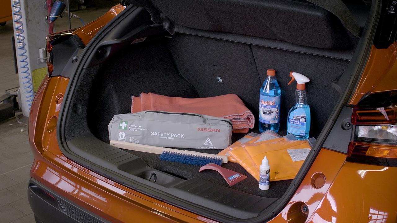 Wichtig: Die richtige Ausstattung dabei? Warnwesten, Warndreieck, Scheibenwischzeug und Schlossenteiser sollten mit in den Winterurlaub (Foto: Mhoch4)