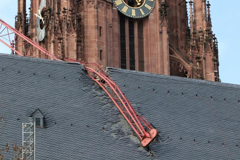 In Dach gestürzter Kranausleger von Frankfurter Dom geborgen (© 2020 AFP)