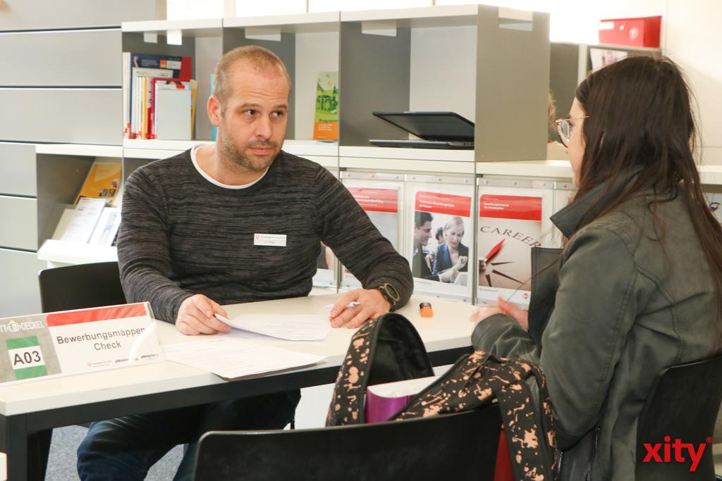 In EInzelgesprächen konnten sich Jugendliche und Arbeitgeber kennenlernen (Foto: xity)