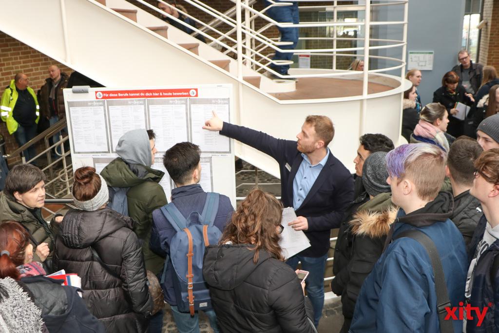Mit Lageplänen und der Hilfe der Guides fanden die Jugendlichen ihre Ansprechpartner bei den Unternehmen (Foto: xity)