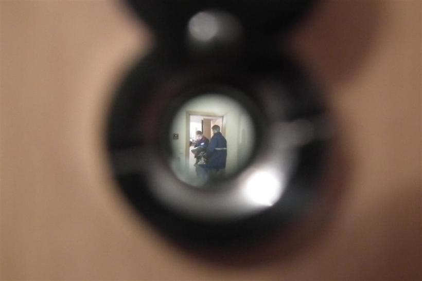Aufmerksame Nachbarin beobachtet Trickdiebe durch Türspion (Foto: xity)