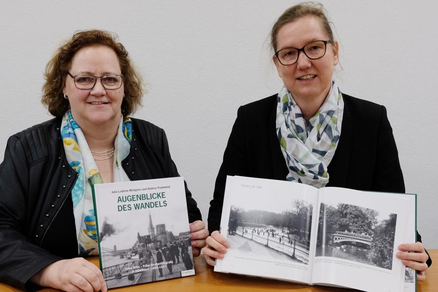 Julia Lederle-Wintgens und Andrea Trudewind vom Düsseldorfer Stadtarchiv und Autorinnen des Bildbandes (Foto: Stadt Düsseldorf/Wilfried Meyer)
