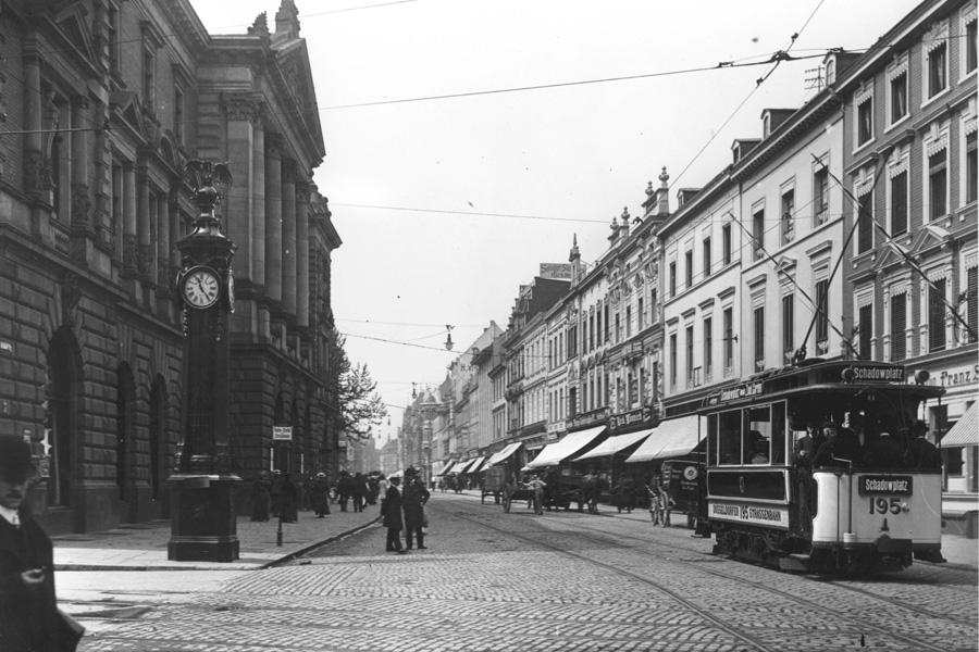 Die Schadowstraße im Jahr 1912. Links die alte Tonhalle (Foto: Stadtarchiv/Julius Söhn)