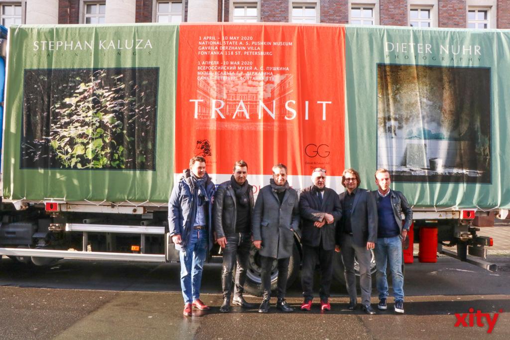 Mit diesem LKW werden 33 Werke von Dieter Nuhr und 25 Arbeiten von Stefan Kaluza nach St. Petersburg in Russland gebracht (Foto: xity)