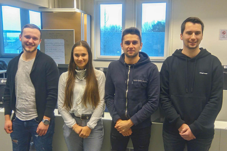 Die Studierenden Artur Schneider, Mayte Baum, Mario Hollmann und Lukas Wilms (v.l.n.r.) haben die Prüfung zum zertifizierten Eurex-Derivatehändler erfolgreich bestanden. (Foto: Hochschule Niederrhein)
