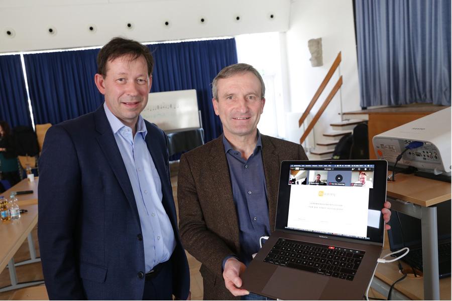 Stadtdirektor Burkhard Hintzsche (l.) und Oberbürgermeister Thomas Geisel stellten die Lernplattform vor (Foto: Stadt Düsseldorf/Ingo Lammert)