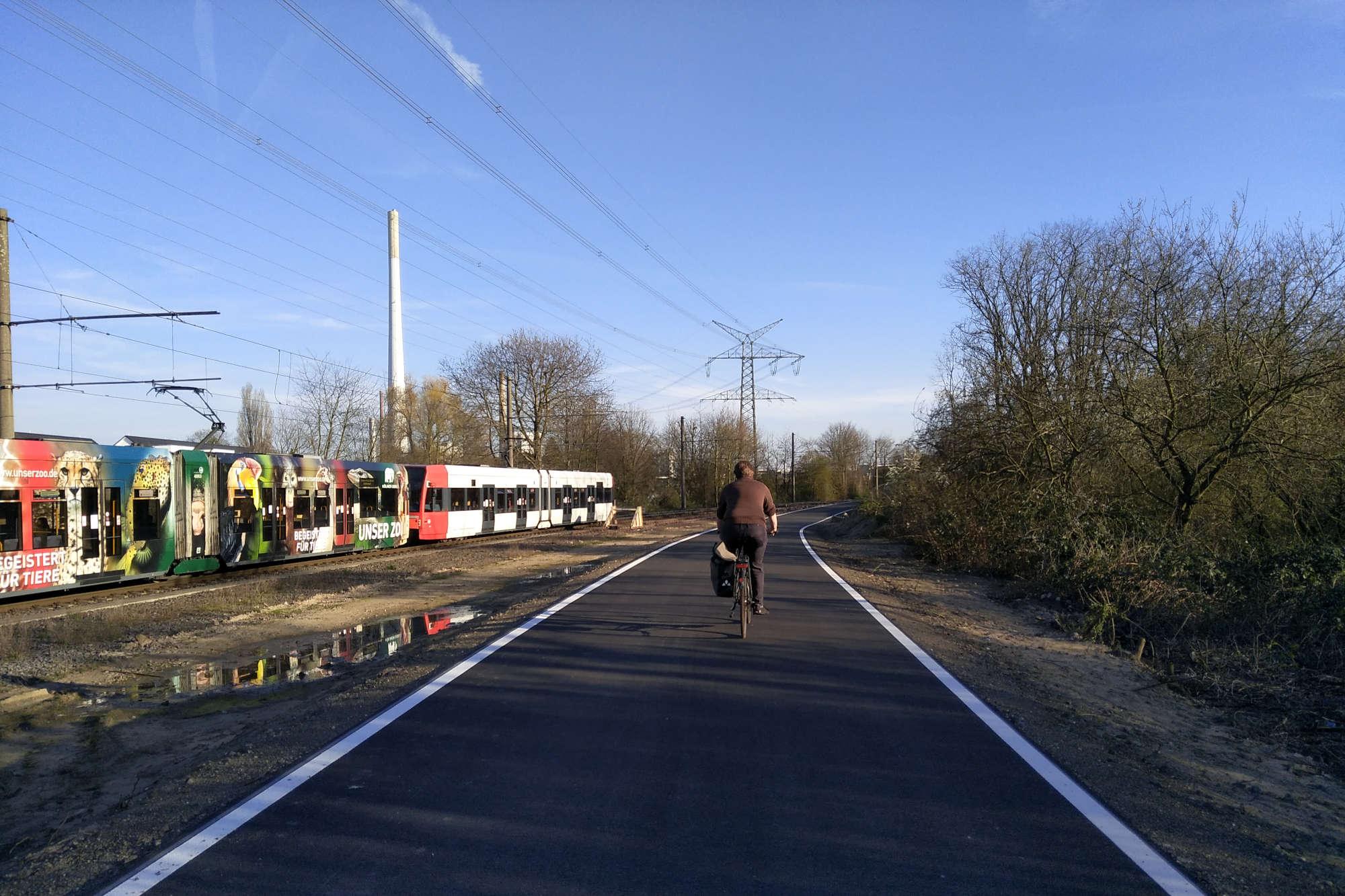 Die Stadt Köln hat in Merkenich westlich von den Gleisen der KVB einen neuen Geh- und Radweg errichtet. (Foto: Stadt Köln)