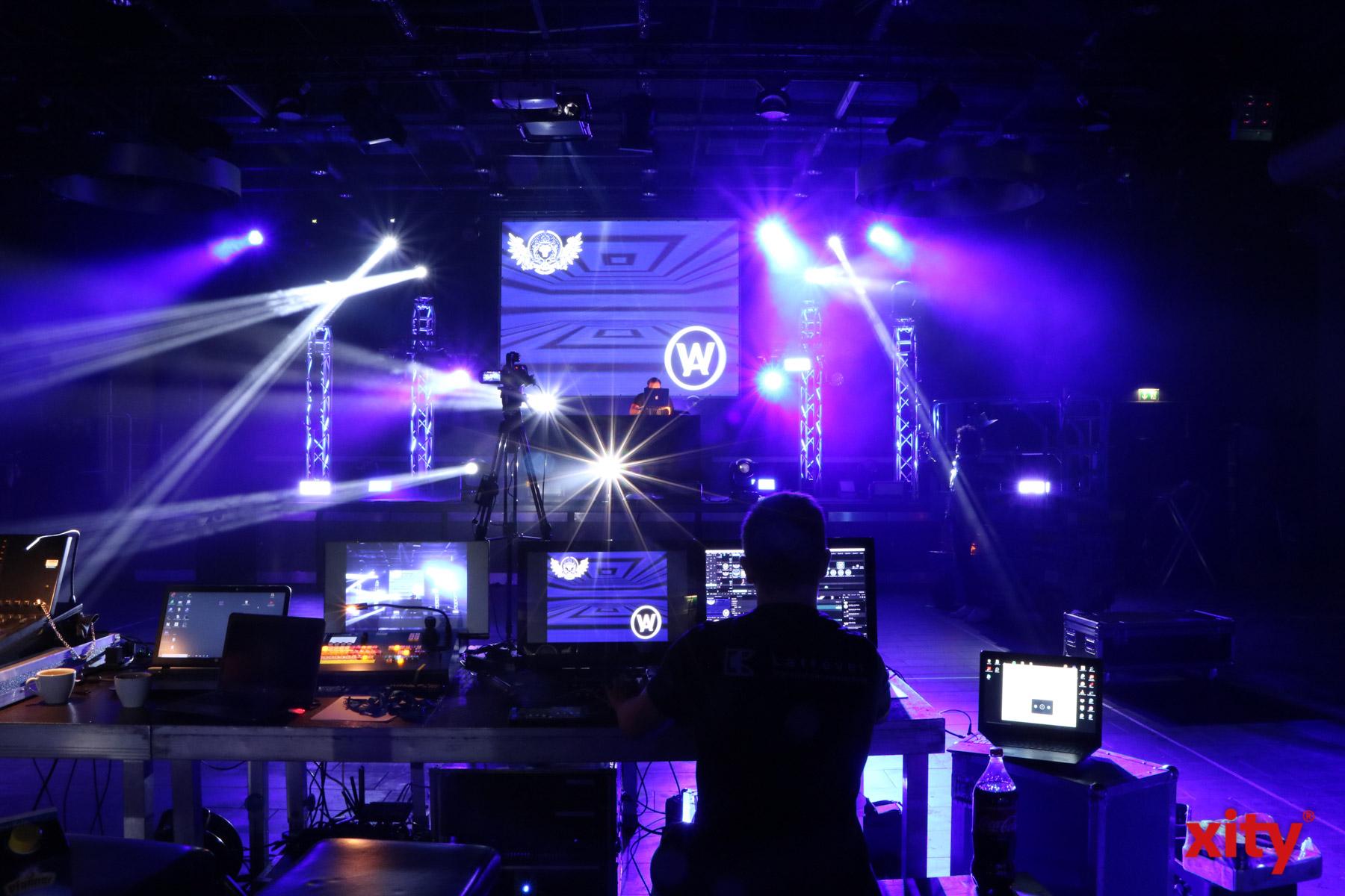 Im Henkelsaal feiern sonst rund 2000 Menschen. Zur Coronakrise legt der DJ vor einer Kamera (Foto: xity)