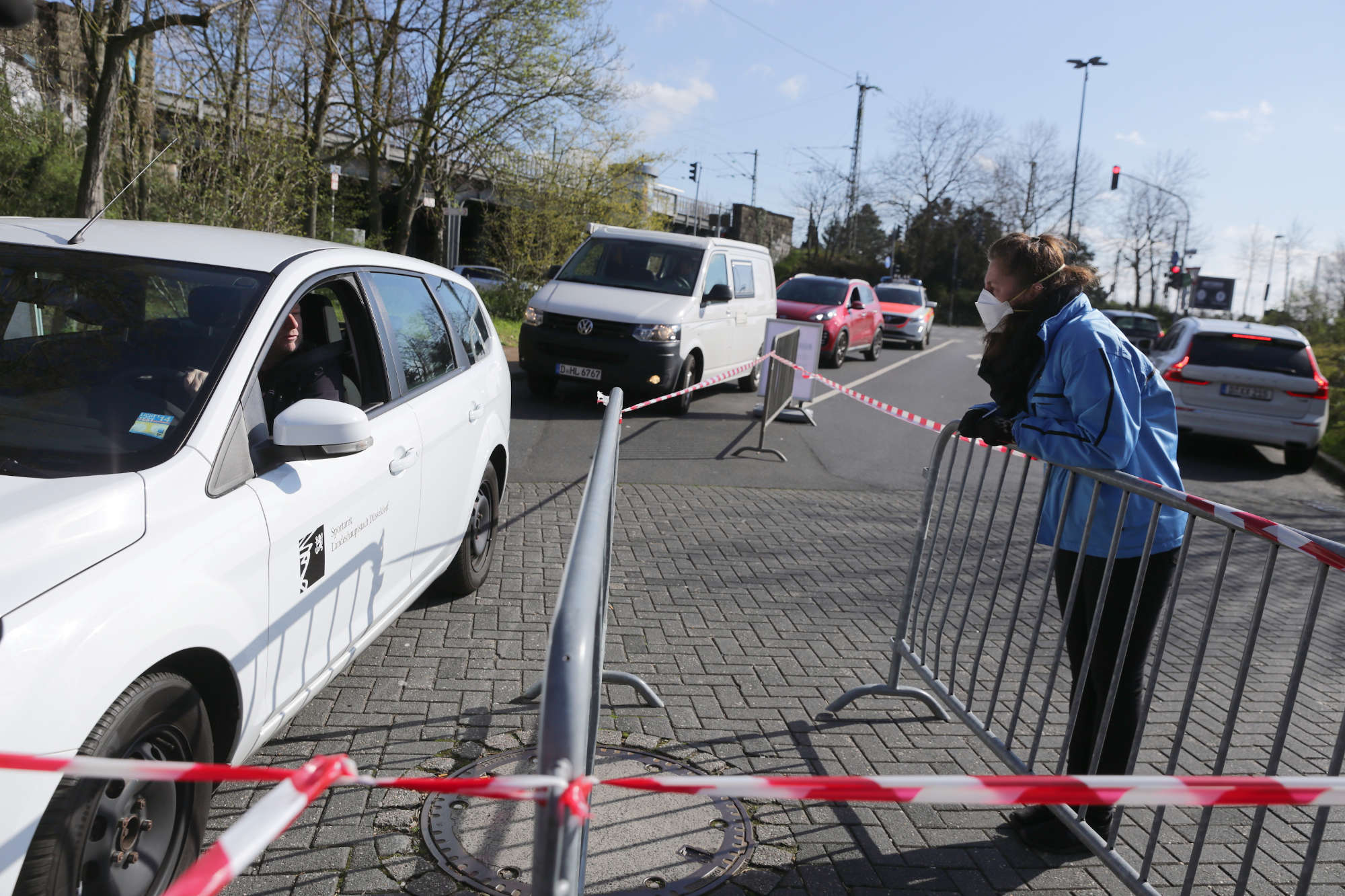 Anmeldung zum Corona-Test: Wer einen Termin im Drive-In-Diagnose-Center hat, meldet sich zunächst einmal wie in einer Arztpraxis an. (Foto: Landeshauptstadt Düsseldorf/Ingo Lammert)