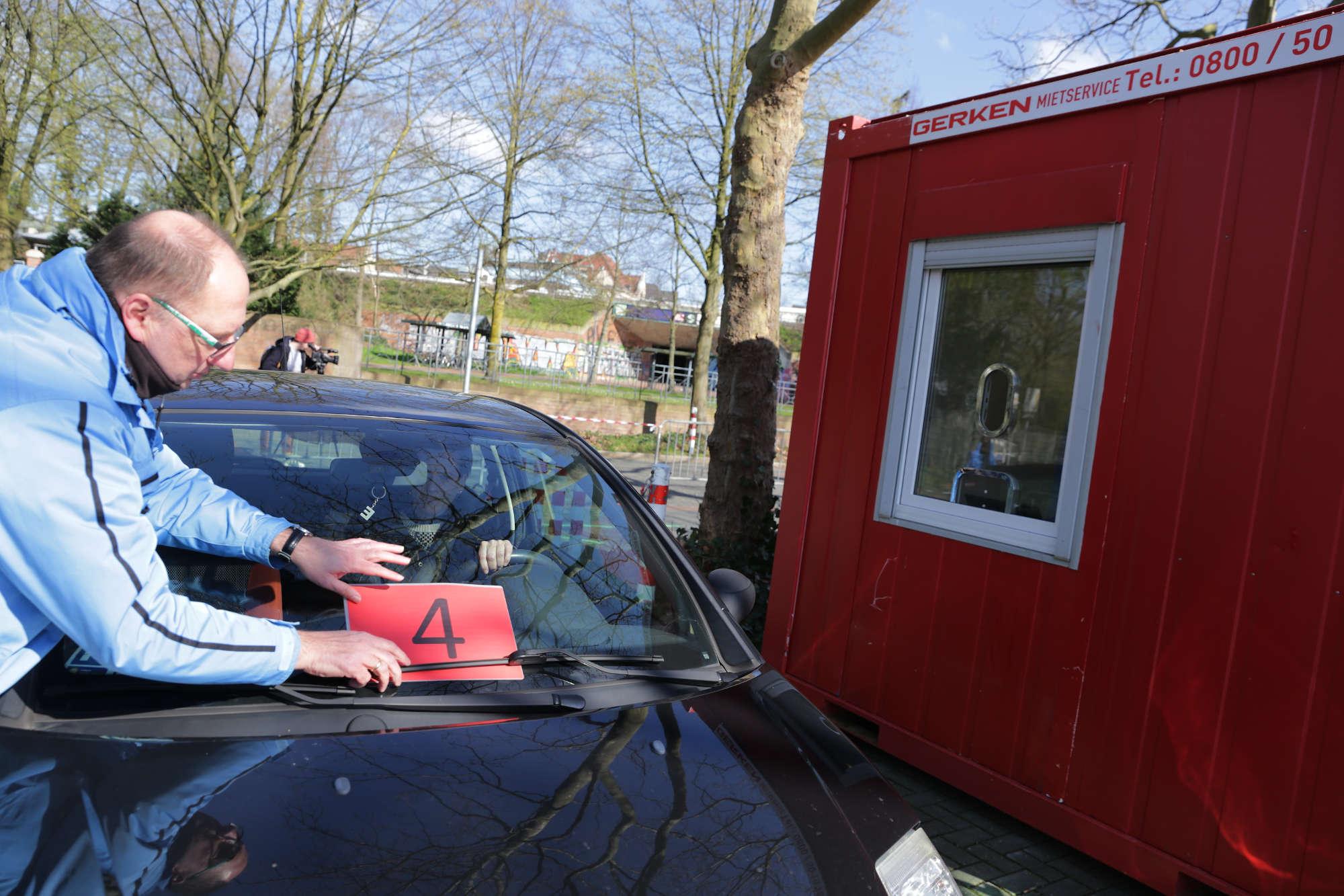 Weiterleitung zum Corona-Test: Nach der Anmeldung im Drive-In-Diagnose-Center wird der Pkw einer Fahrspur zugewiesen. (Foto: Landeshauptstadt Düsseldorf/Ingo Lammert)