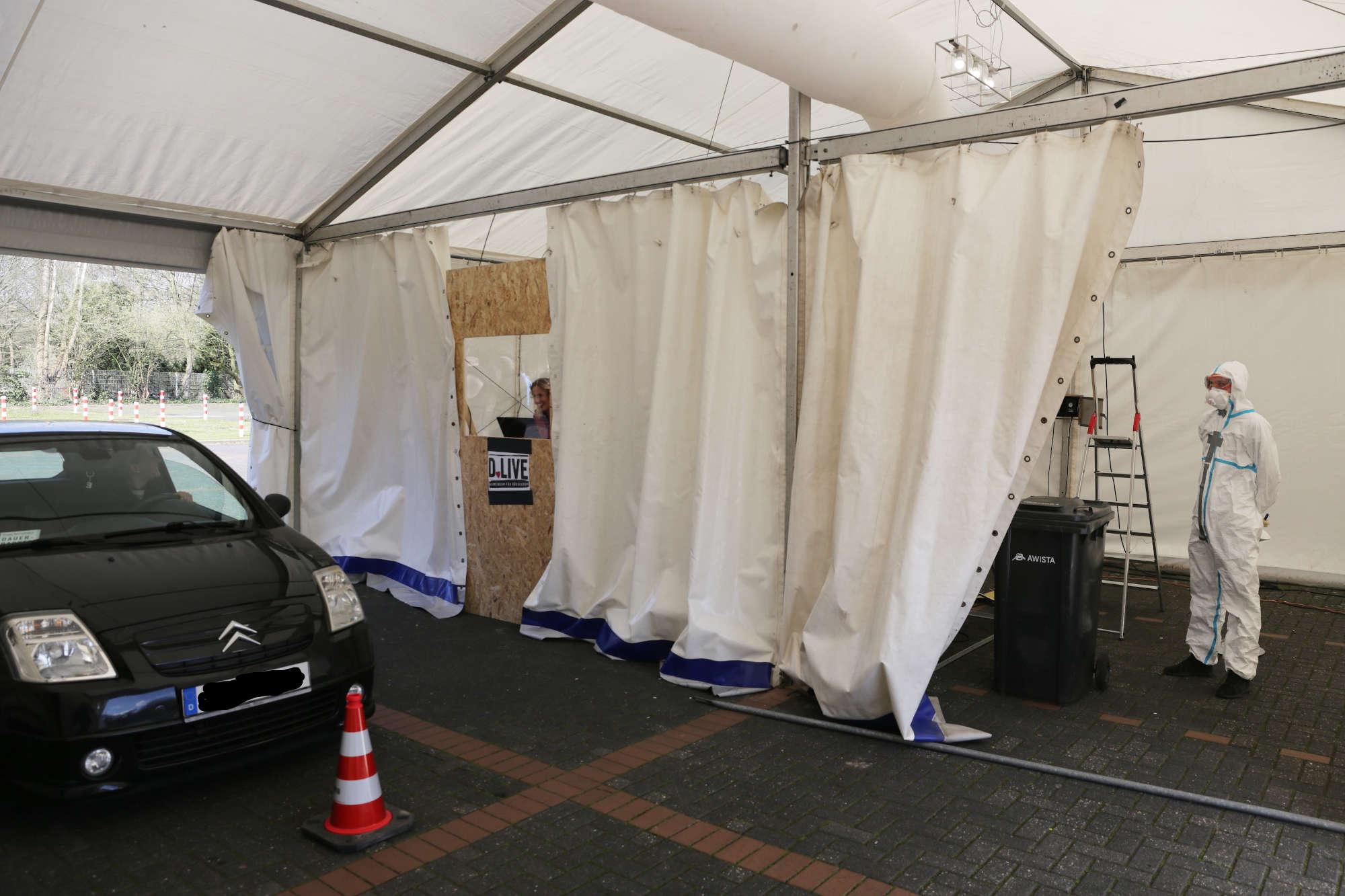 Weiterleitung zum Corona-Test: Nach der Anmeldung im Drive-In-Diagnose-Center geht es im Pkw zum Test ins Diagnose-Zelt. (Foto: Landeshauptstadt Düsseldorf/Ingo Lammert)