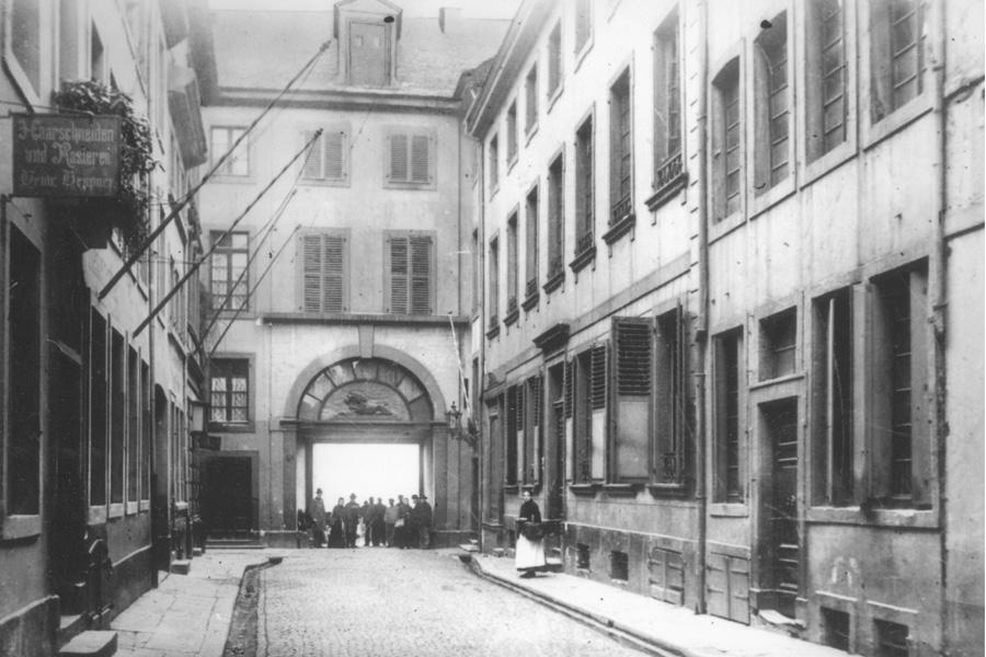 Vor dem Bau der Oberkasseler Brücke im Jahr 1898 führte der Weg über die Zollstraße durch das Zolltor zur Schiffsbrücke (Foto: Stadtarchiv Düsseldorf)