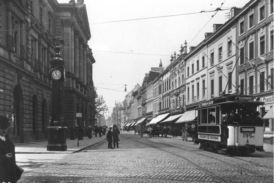 Die Schadowstraße 1912. Links der Bau der Tonhalle, der im Zweiten Weltkrieg zerstört wurde (Foto: Stadtarchiv Düsseldorf)