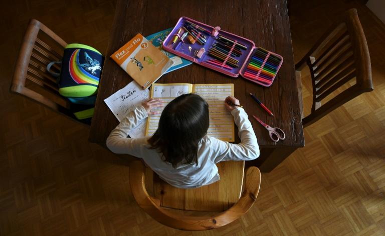 Eltern sollen in Corona-Krise länger Lohnersatz bekommen (© 2020 AFP)
