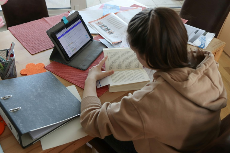 DAK-Studie: Schulschließungen belasten Mütter besonders (© 2020 AFP)