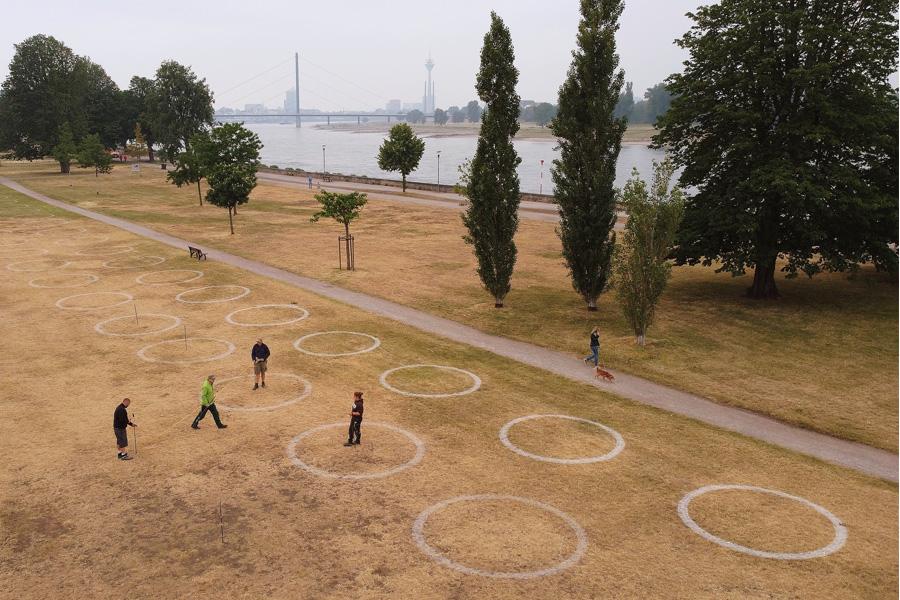 360 weiße Abstandskreise in der Altstadt und am Rheinufer, wie hier im Rheinpark (Foto: Stadt Düsseldorf/David Young)