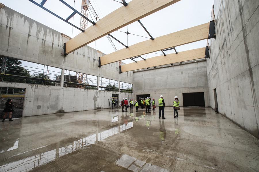 Neben der bereits vorhandenen Dreifach-Sporthalle entsteht eine weitere Einfach-Sporthalle (Foto: Stadt Düsseldorf/Melanie Zanin)