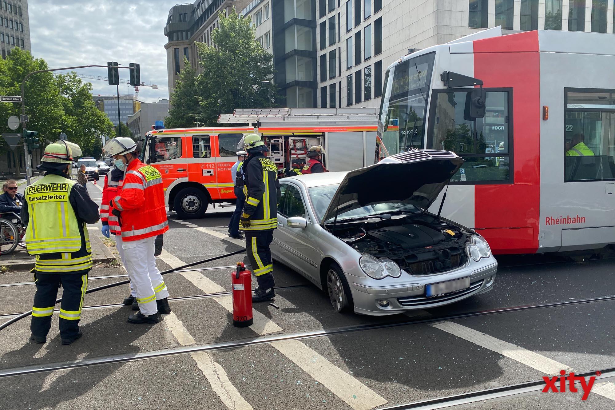 Auto kollidiert mit Straßenbahn auf der Kreuzung Berliner Allee und Steinstraße (Foto: xity)