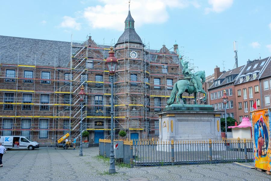 In den Sommerferien finden umfangreiche Sanierungsarbeiten an der Fassade des Düsseldorfer Rathauses statt (Foto: Stadt Düsseldorf/Michael Gstettenbauer)