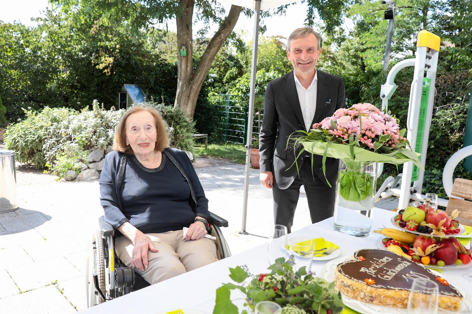 Oberbürgermeister Thomas Geisel gratulierte Rosa Löwendahl zu ihrem 100. Geburtstag (Foto: xity)