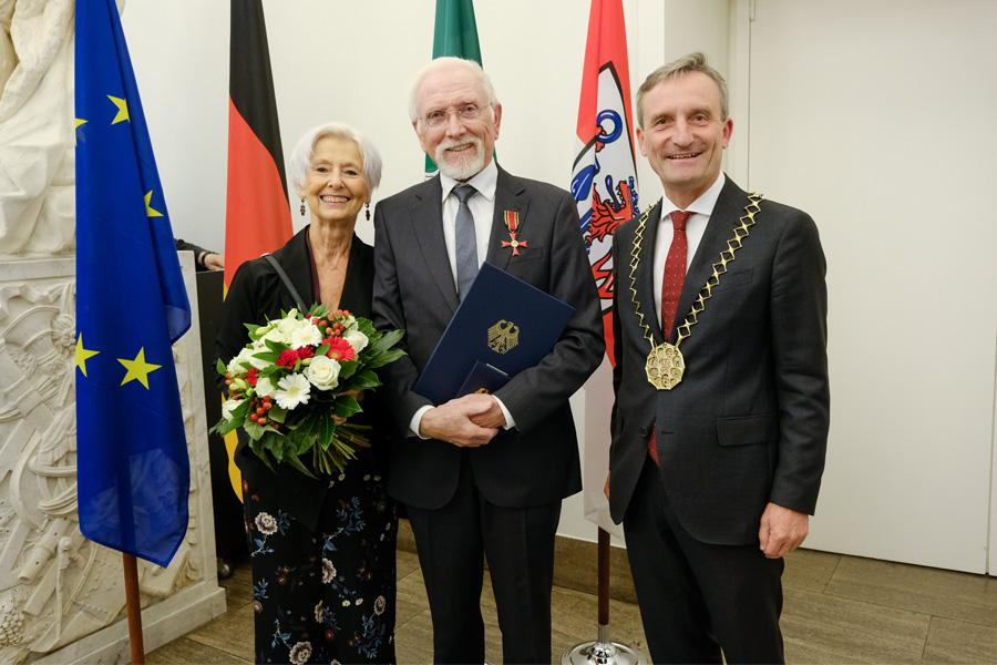 Guntram Schoenitz in Begleitung seiner Ehefrau Christa Schoenitz und OB Thomas Geisel (Foto: Stadt Düsseldorf/Michael Gstettenbauer)