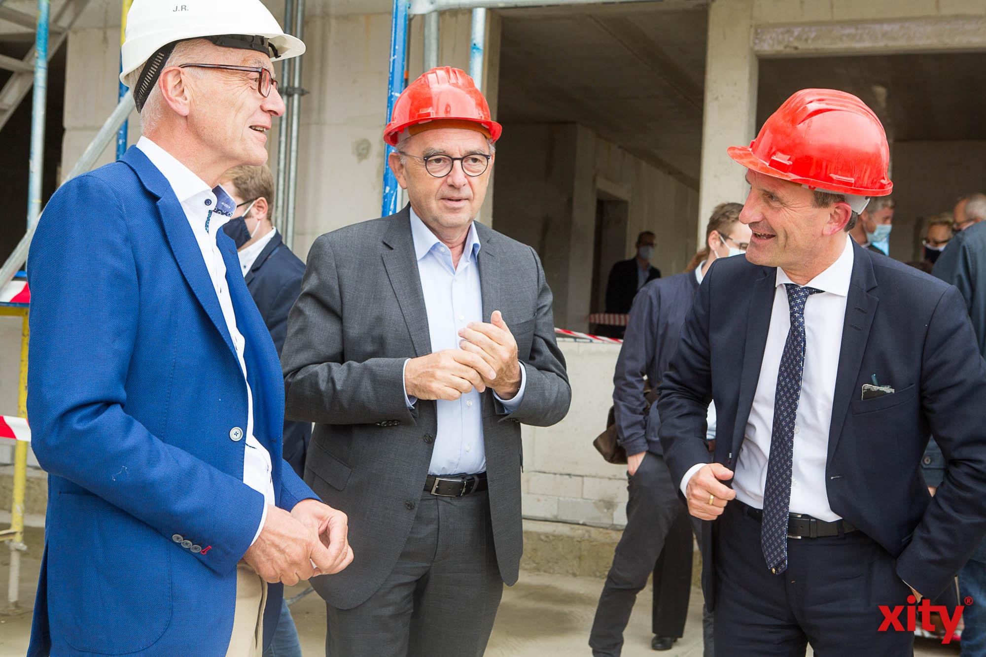 Investor Josef Rick, traf Norbert Walter-Borjans und OB Thomas Geisel auf der Baustelle (Foto: xity)